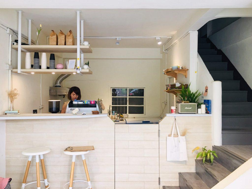 新竹竹東美食。This Cafe 。蕭如松藝術園區對面的白色基調咖啡屋[Miss 飛妮] @極光公主飛妮