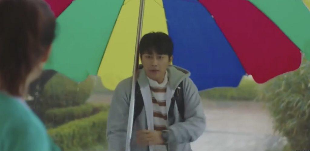 韓劇我們,愛過嗎(全16集)第5-6集。這些梗都好好笑~雨天拿便利商店的傘來英雄救美!第一次邂逅是一起演躺著中槍的屍體![Miss飛妮] @Miss 飛妮