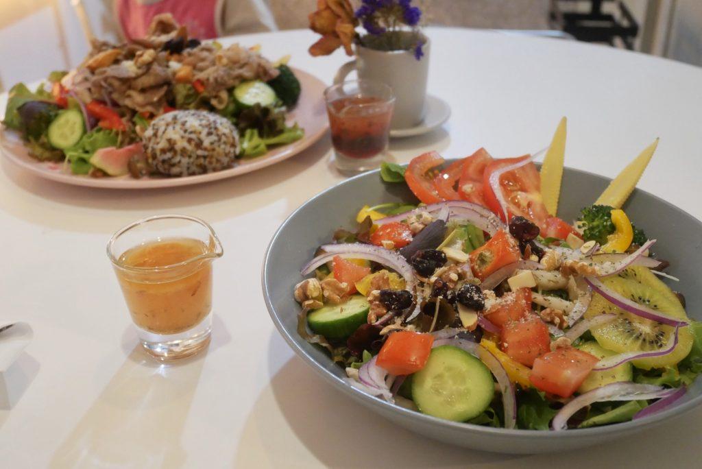 新竹竹北美食。Popular Salad 波普樂食物派對。個性創意輕食自然風路線⭐三個一組小飯丸 ⭐鹹豬肉沙拉⭐ 厚蛋三明治創意菜單。舉辦文青氣質活動[Miss飛妮] @Miss 飛妮