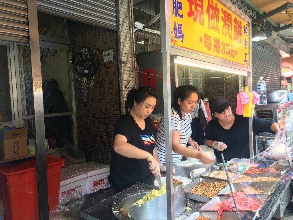台北邊走邊吃美食。雙連站美食。大肥媽純手工現做潤餅。文昌宮Miss飛妮 @Miss 飛妮